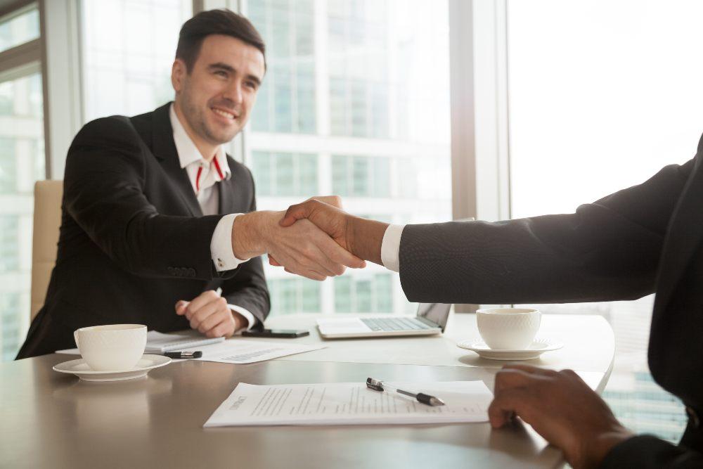 Pros y contras de invertir en bienes raíces con un socio